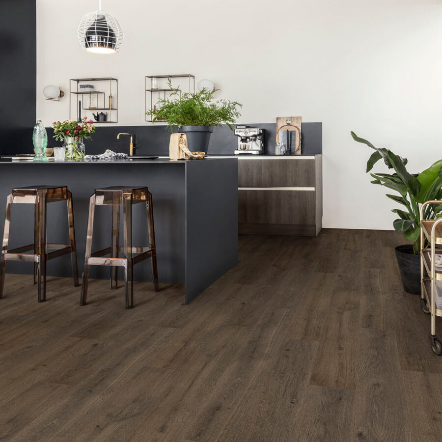 Donkere vinylvloer van Floorify in de keuken